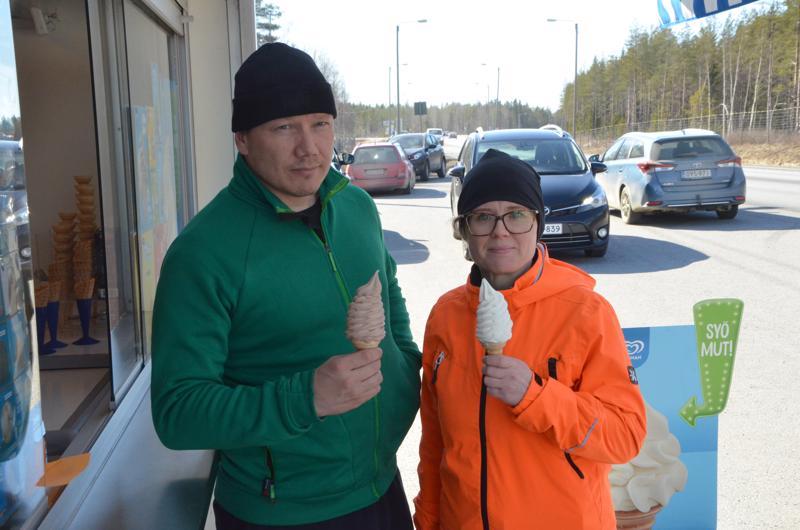 Tommi ja Susanna Mäki tulivat Kälviälle pehmikselle .