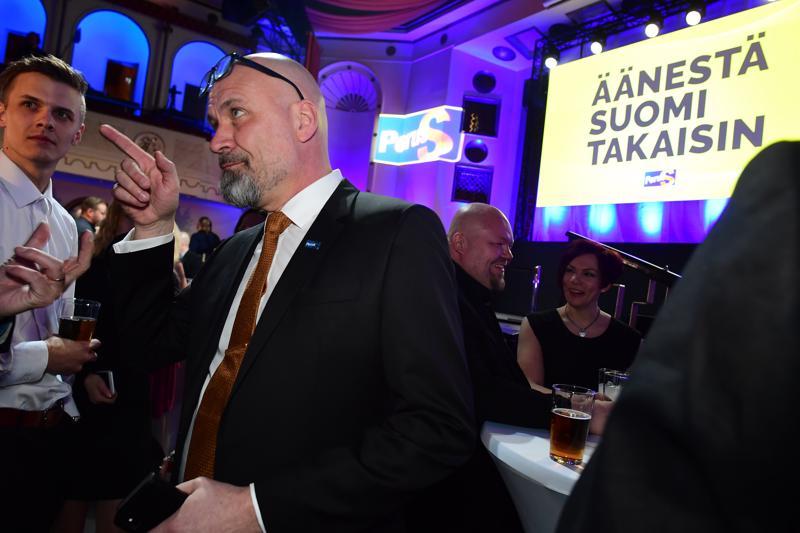 Mauri Peltokangas seuraa vaaleja Helsingissä perussuomalaisten vaalivalvojaisissa ravintola Apollossa.