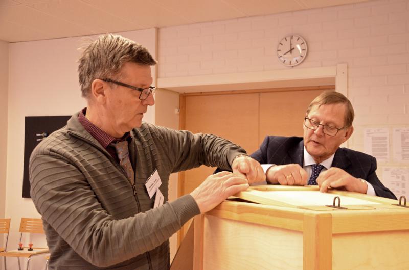 Vaalitoimitsija Markku Autio ja Ylivieskan kaupungin vaalilautakunnan varapuheenjohtaja Markku Niemi avasivat uurnan Ylivieskassa.