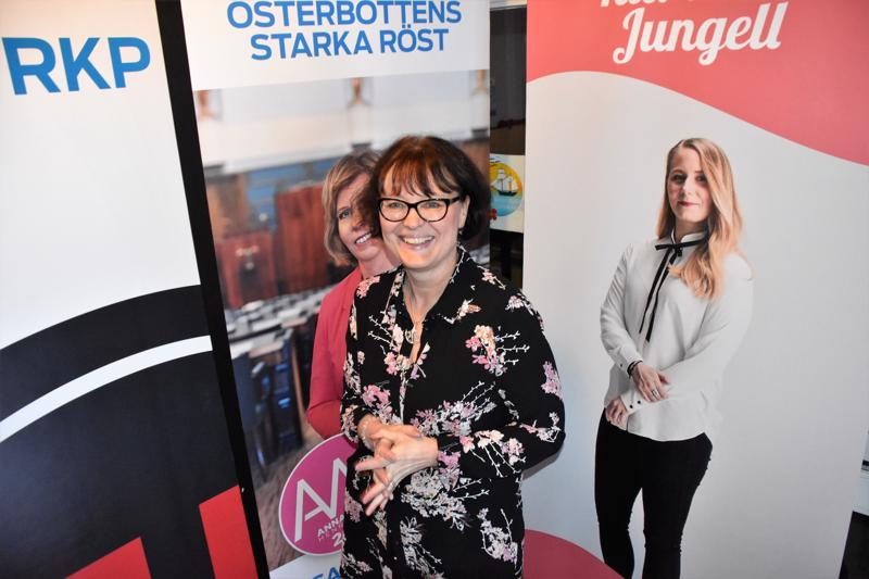 Agneta Ström-Hakala johti RKP:n vaalivalvojaisia Pietarsaaressa.