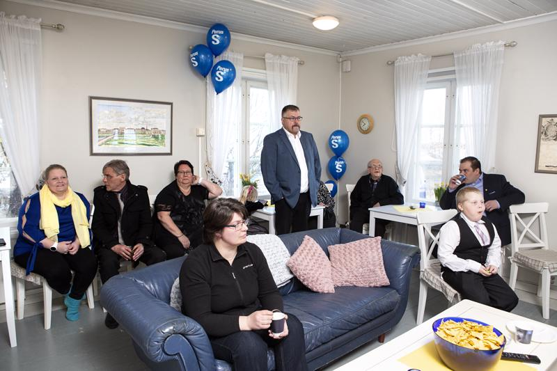 Perussuomalaisten vaalivalvojaiset meneillään Kokkolan Villa Elbassa.