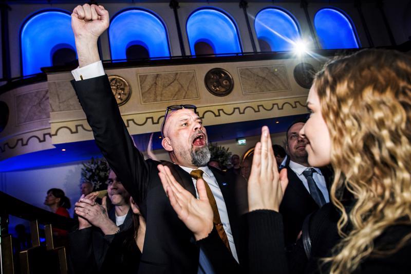 Perussuomalaisten Mauri Peltokangas juhli vaalivoittoaan tyttärensä Illusia Kontion kanssa Helsingin Apollossa.