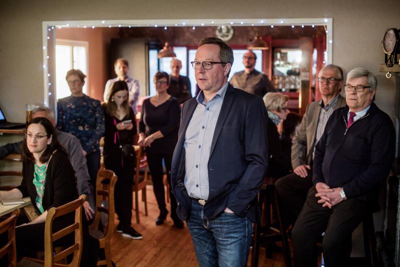 Elinkeinoministeri, keskustan Mika Lintilä jännittää vaalitulosta kannattajiensa keskuudessa Toholammilla.