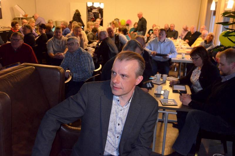 Juha Pylväs kannattajineen seuraamassa Ylivieskan Käkipesässä tulosillan etenemistä. Keskustan vaalitappio on selvä.