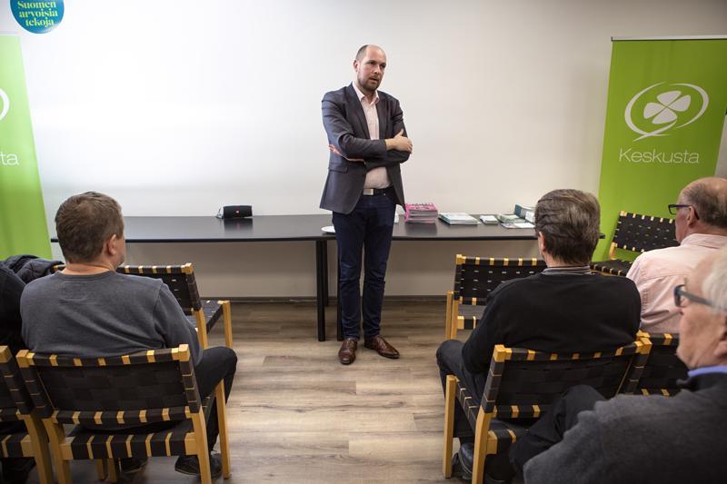 Tuomo Puumala piti kaikesta huolimatta kiitospuheen keskustan vaalivalvojaisissa Kokkolan Rantakadulla. Iltakymmeneltä kisa oli vielä kesken.