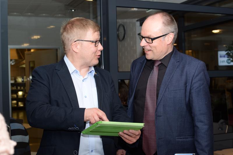 Mikko Kinnunen (oik.) sai tutkia vaalituloksia moneen otteeseen illan aikana.
