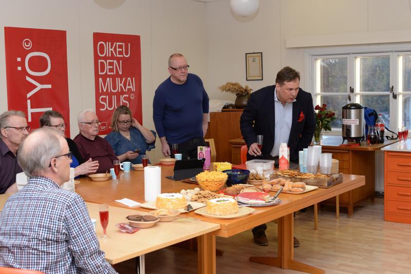 Jari Nahkanen (oik.) ja hänen tukijoukkonsa seuraavat vaalituloksia televisiosta tarkkaan.
