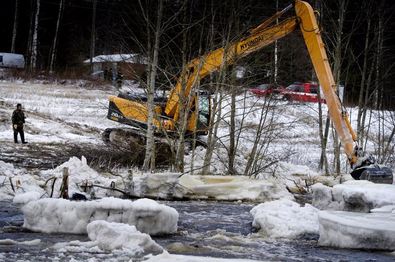 Kaivinkone purki viime keväänä hyydepatoa Lestijoessa lähellä Hirvikosken kurssikeskusta.