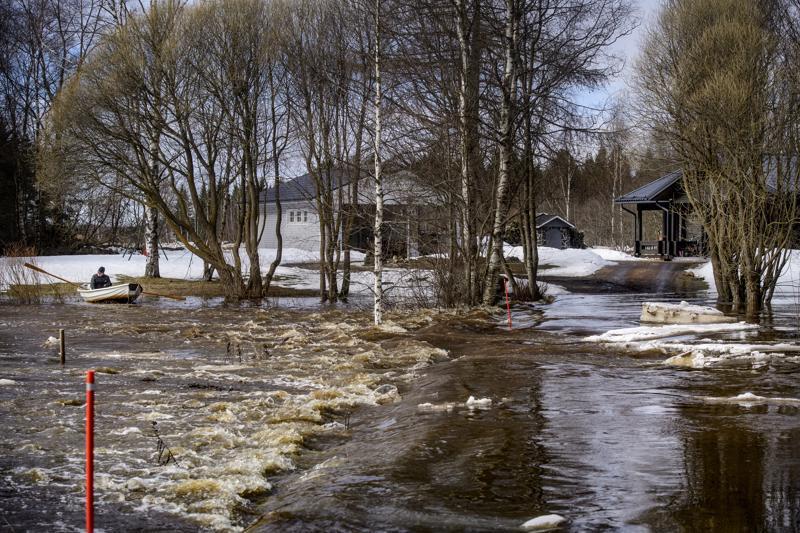 Kalajoen tulvavedet muuttivat kulkuaan viime keväänä Alavieskan Ylikäännällä ja Östebergit joutuivat saarroksiin lähes kahden vuorokauden ajaksi.