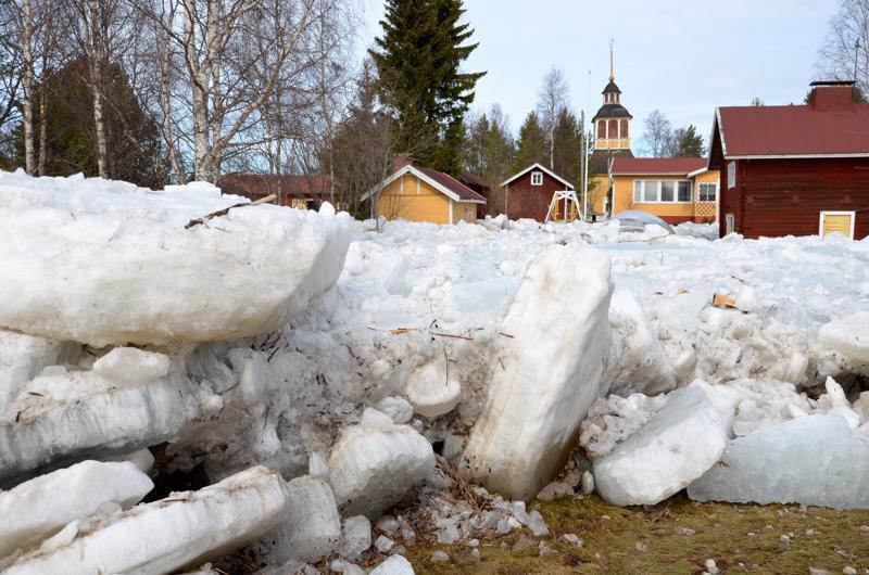 Omakotialueen läpi purkautunut jääpato täytti pihat jäälohkareilla Pyhäjoella kuusi vuotta sitten.