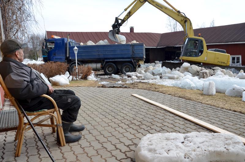 Jäät raivattiin Kittilänpuhdon pihoilta, jotta normaali elämä saattoi jatkua.