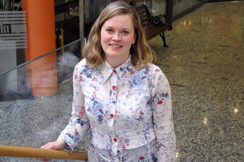 Katri Haukilahti soittaa Tallarissa viulun lisäksi avainviulua sekä myös laulaa.