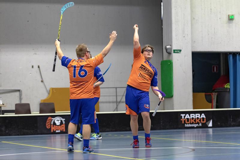 Miesten runkosarjan viimeisessä ottelussa yhden ratkaisevimmista maaleista iski Aappo Savikoski (oikealla). Ensimmäisenä onnittelemassa Tapio Keltti.