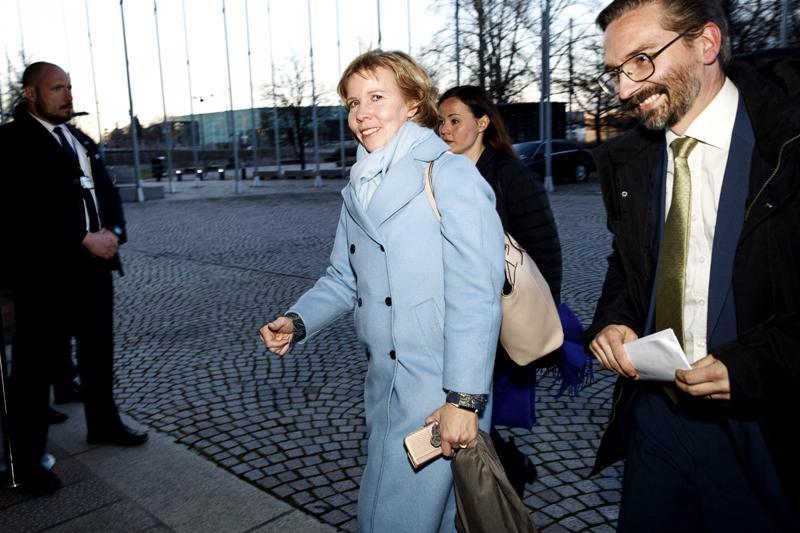 RKP:n puoluejohtaja Anna-Maja Henriksson saapuu median edustajien tentittäväksi vaali-iltana sunnuntaina. Hän johdatti puolueensa Vaasan vaalipiirin suurimmaksi puolueeksi.
