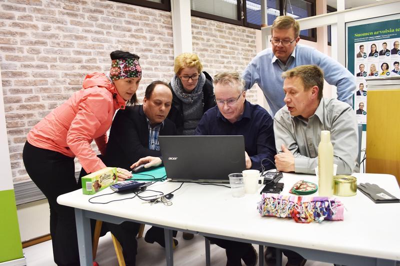 Antti Rantakangas tukijoineen joutui jännittämään vaalitulosta viimeiseen saakka. Tilannetta seuraamassa Diana Seppä, Heino Vuorenmaa, Päivi Ollila, Hannu Kulju ja Hannu Riuttanen.