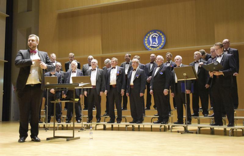 Laulu-Jaakkoja johti kevätkonsertissa totuttuun tapaan Johannes Ahlvik kepeine välipuheineen.