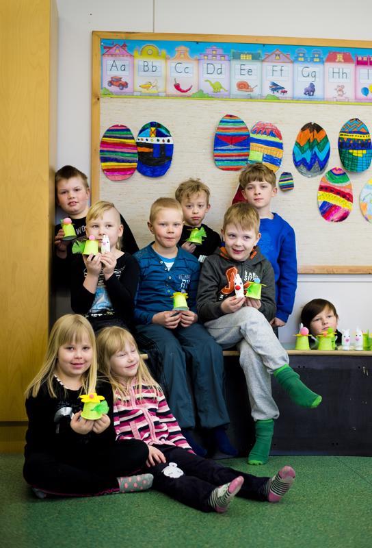Aittolan koulun 1 -2 -luokkalaiset ovat askarrelleet pääsiäiseksi pupuja ja narsisseja. Haastavinta oli liimata pupuille silmät.