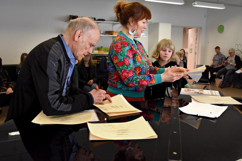 Jorma Hynnisen kummius virallistettiin kirjallisella sopimuksella. Toisena allekirjoittajana oli  Jonna Hänninen, oulaistelainen piano-oppilas joka on ollut ensimmäisiä Lasten Lied -oppilaita. Keskellä opettaja Saara-Maija Strandman.