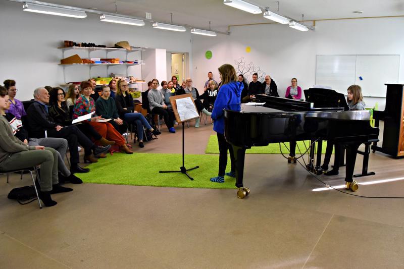 Johanna Tuomi ja Jorma Hynninen kiittelivät Alina Kurran (laulu) ja Veera Ahon (piano) tulkintaa varsin vaativan Jo nouskaa -laulun ilmeikkäästä ja musikaalisesta tulkinnasta.