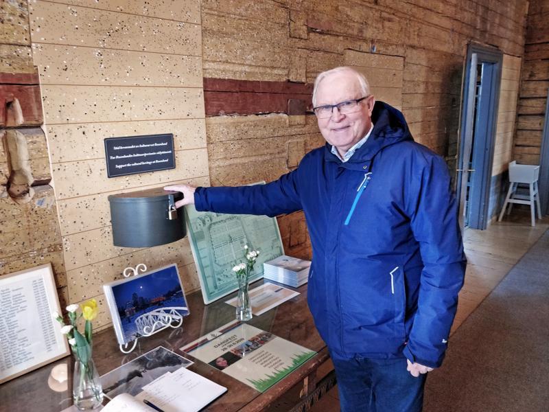 Pentti Silvennoinen, Aspegrenin puutarhasäätiön puheenjohtaja ja keräyslipas Rosenlundin kulttuuriperinnön säilyttämisen puolesta.