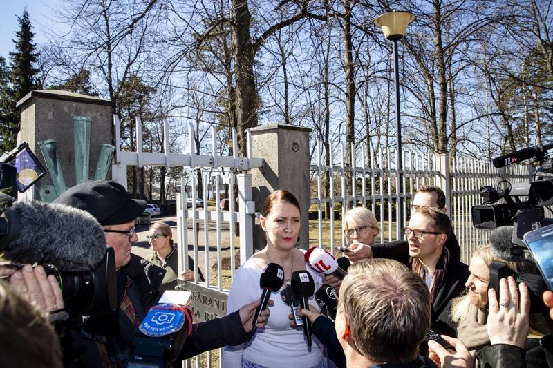 Puoluesihteeri Riikka Pirkkalainen tuli puoluehallituksen kokouksesta kertomaan Kesärannan ulkopuolella odottaneille toimittajille kokouspäätöksistä.