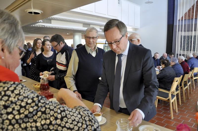 Tupa täynnä. Kansanedustajaksi uudelleen valitun elinkeinoministeri Mika Lintilän kannattajakuntaa oli saapunut Toholammin kunnantalolle kotikunnasta mutta myös muualta vaalipiiristä.