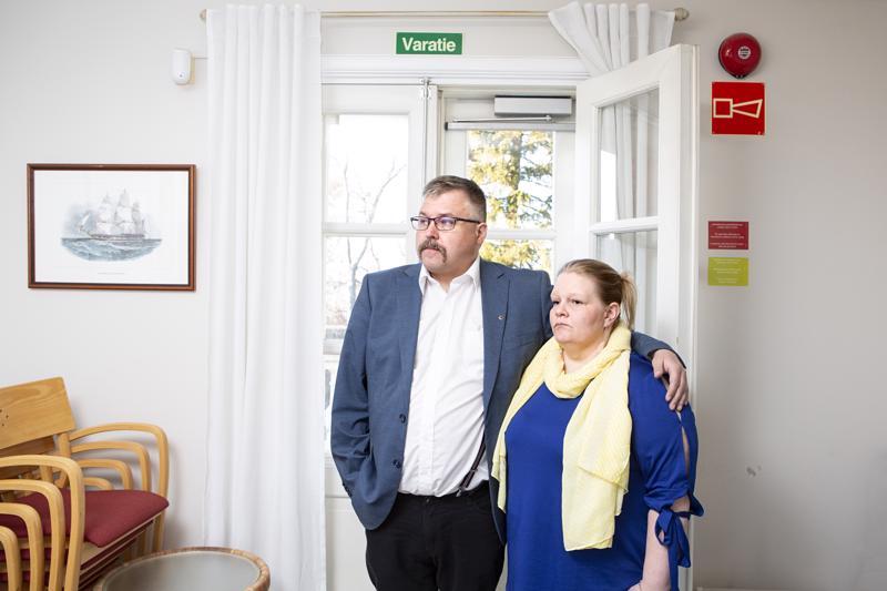 Perussuomalaisten Marko Kulpakko ja Ulpu Keränen jännittivät vaalitulosta Villa Elbassa.