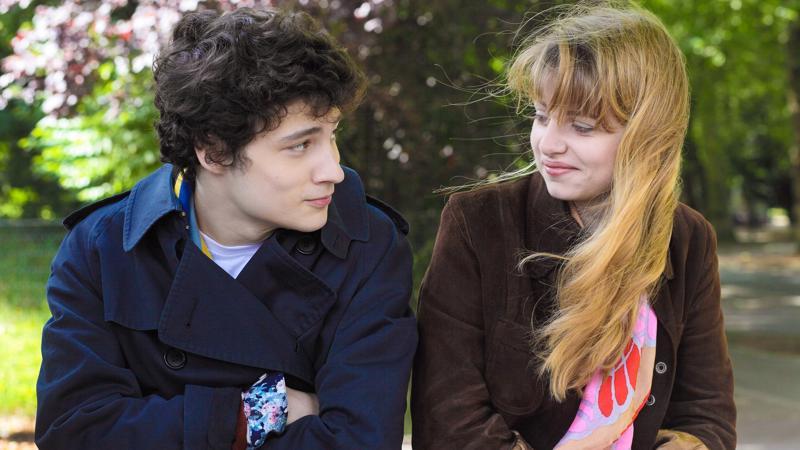 Paul (Quentin Dolmaire) miettii nuoruusvuosiaan. Kolme muistoa nuoruudestani -elokuvassa on tärkessä roolissa myös Esther (Lou Roy-Lecollinet).