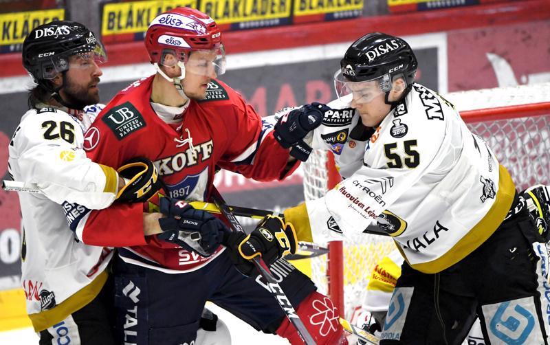 Atte Ohtamaa (oik.) piti välierissä Shaun Heshkan kanssa HIFK:n Teemu Tallbergin poissa Kärppien maalin edustalta.