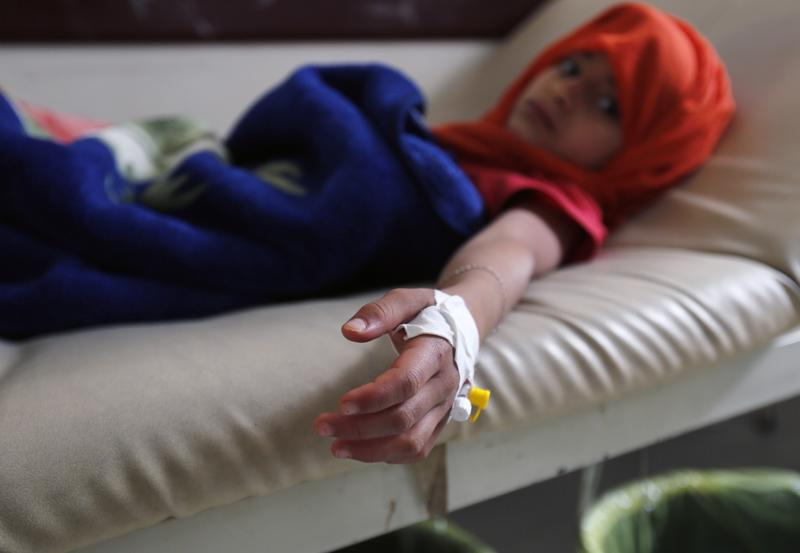 Koleraan sairastunut lapsi saa hoitoa Sanaassa maanantaina. Koleraan on sairastunut maassa satoja tuhansia ihmisiä.