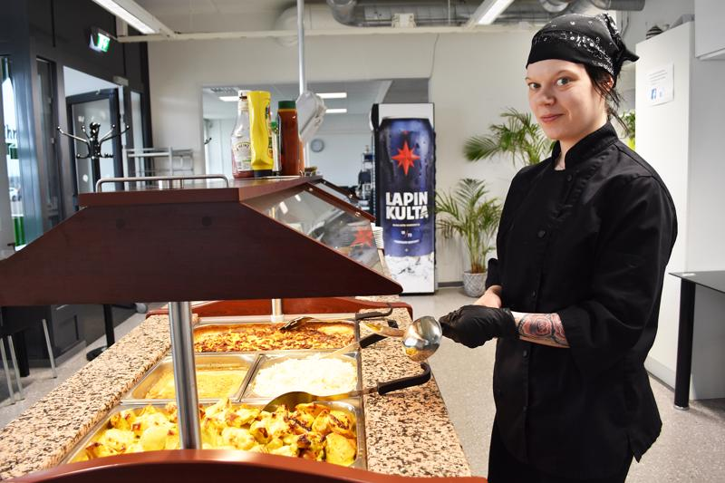Minttu-Maaria Rytky kokkaa lounaan Ihmeen Hyvässä noin sadalle asiakkaalle päivässä. Kotona hän tykkää laittaa samnanlaista kotiruokaa kuin töissäkin.