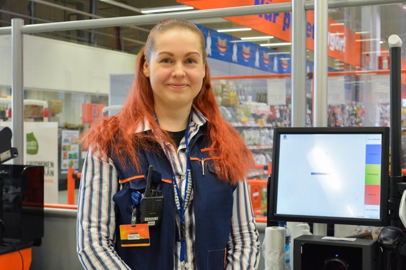 Kassatyöntekijänä työskentelevä Reetta Lintilä saa virtaa hyvistä työkavereista ja mukavista asiakkaista.