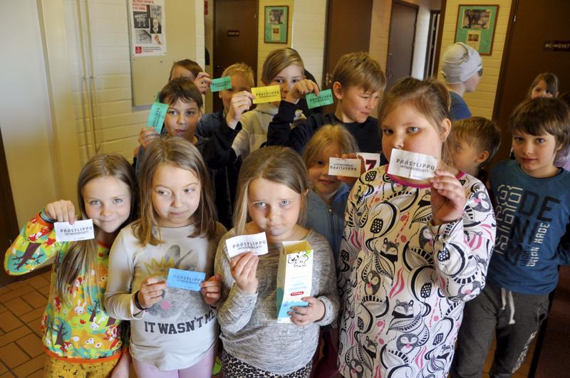 Lipulla leffaan! Lestin koululaiset osallistuivat pääsiäisviikon elokuvanäytökseen iloisin mielin.