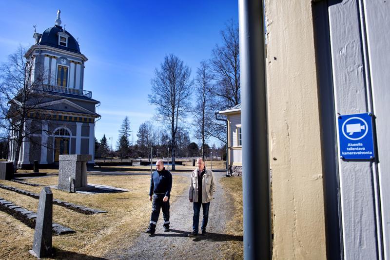 Kokkolan seurakuntayhtymän tekninen isännöitsijä Jouko Hakunti (oik.) ja Kälviän seurakuntamestari Jani Nikula Kälviän kirkon pihamaalla, jossa on kameravalvonta.