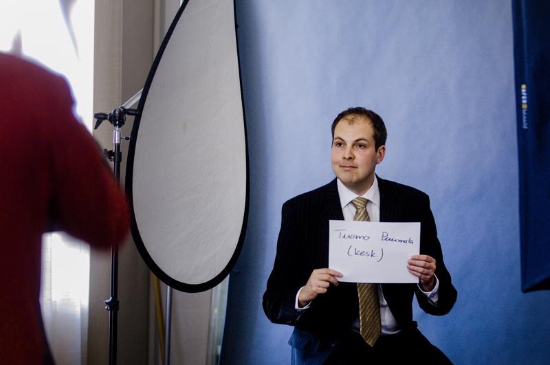 Keltanokka kuvattavana. 24-vuotias ensimmäisen kauden kansanedustaja Tuomo Puumala eduskunnassa maaliskuun lopussa 2007