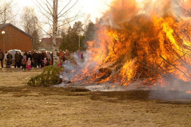 Vetelissä pääsiäiskokkoa on poltettu aiemmin urheilutalon pihassa. Tänä vuonna kokko on koottu Harjutorin viereiselle pellolle.