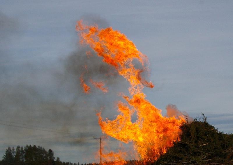 Ruohikkopalovaroitus on voimassa Pohjanmaan maakunnassa, joten pääsiäiskokkoja ei saa polttaa ainakaan näillä näkymin Kruunupyyssä, Luodossa eikä Pietarsaaressa.