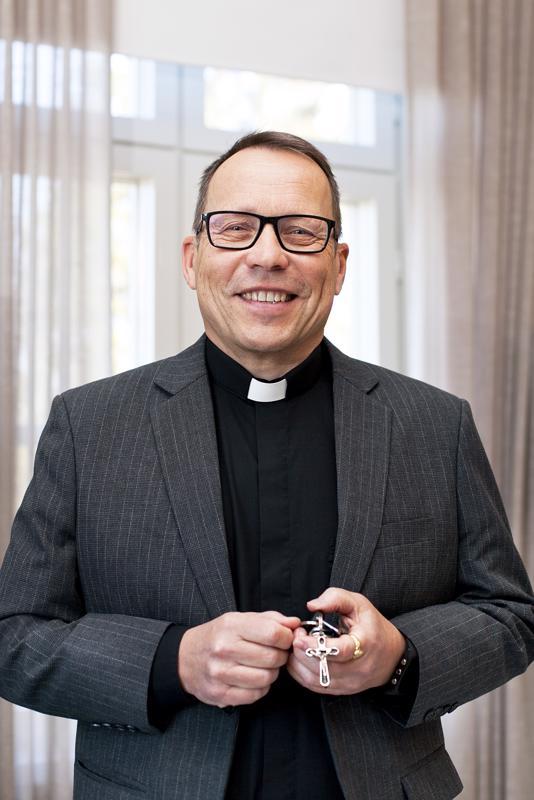 Kirkkoherra Kari Laurilla on paljon avaimia, yksi niistä on risti.