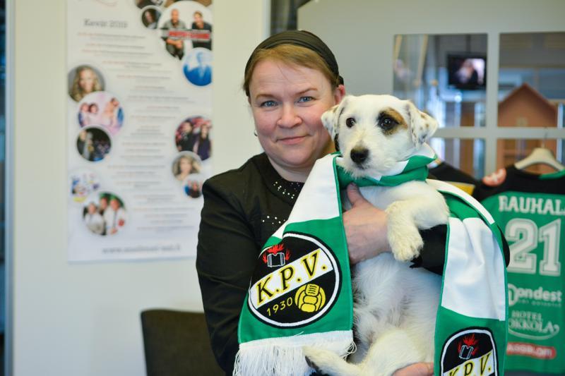 Sari Jukonen on vuosien varrella tutustunut työnsä kautta Kokkolan urheilujoukkueisiin. Vapaa-ajallaan hänet löytääkin usein yleisöstä heitä kannustamasta.