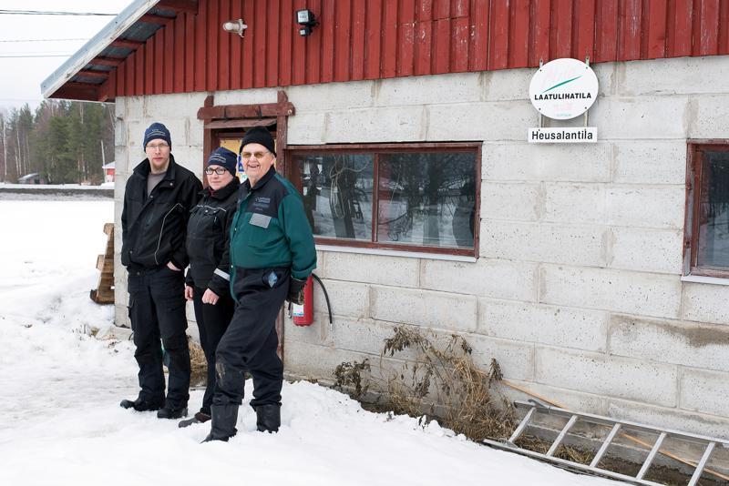 Heusalassa puhuttiin tiistaina bioenergiasta monessa muodossa. Kiinnostuneet kävivät tutustumassa tilan omaan biolaitokseen ja samalla puhuttiin Nivalaan suunnitellusta suuresta laitoksesta. Arkistokuvassa Heusalan väestä Erno (vas.) ja Elina Junttila sekä Heikki Junttila.