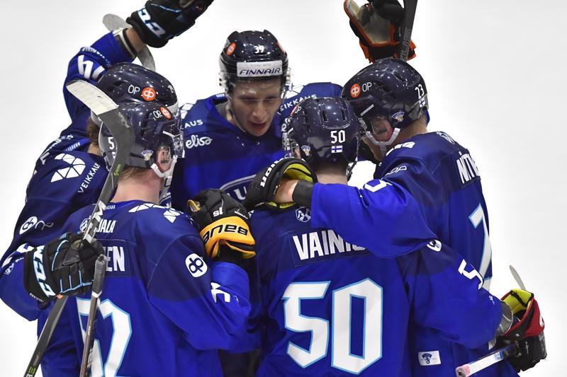Leijonat juhli seitsemää maalia Suomen isännöidessä Kokkolassa Norjaa. Tässä juhlitaan Juuso Vainion laukomaa Leijonien toista maalia.