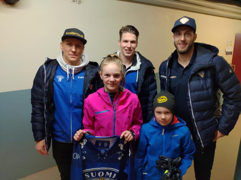 Maajoukkue lahjoitti Lauralle pelipaidan ja liput Karjala-turnaukseen.
