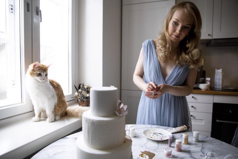 Yhden kakun koristelu vie Emma Ivanelta helposti kymmenen tuntia. Hän saa ideoita koristeluun monipuolisesti eri taiteista.