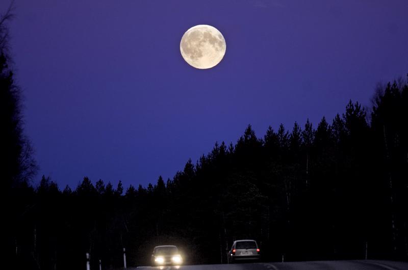 """""""Jos kuun toisi yhtä lähelle kuin pilvet, sieltä se rysähtäisi meidän niskaamme!"""""""