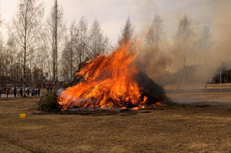 Pääsiäiskokon saa sytyttää Keski-Pohjanmaalla, mutta pelastuslaitokselta kehotetaan äärimmäiseen varovaisuuteen kuivan maaston vuoksi.