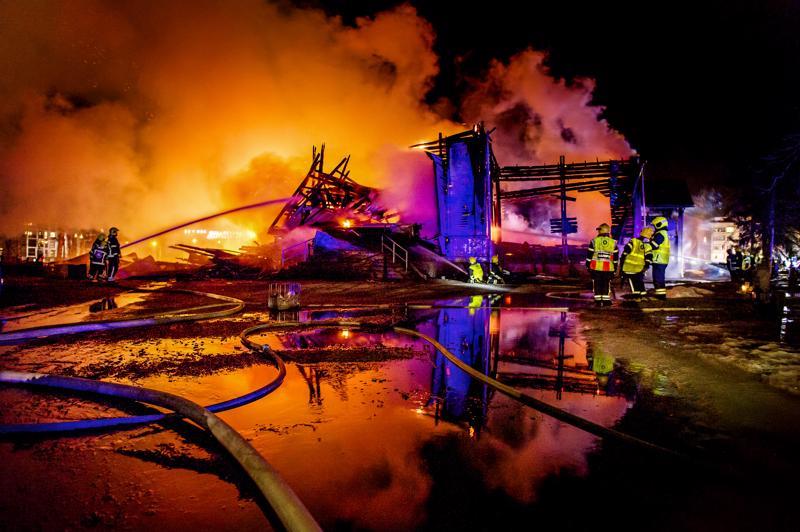 Pelastuslaitoksen sammutusyksiköt taistelivat tulta vastaan Ylivieskan kirkkomaalla pääsiäisenä 2016.