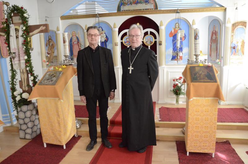 Kanttori Karl-Erik Wahlfors ja pappi Pekka Helakallio palvelevat pääsiäisyön jumalanpalveluksessa Kokkolan ortodoksisella rukoushuoneella.