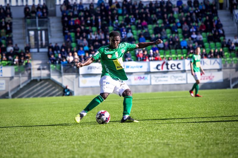 KPV:n Yessy Mena keskittää pallon vastustajan maalille.