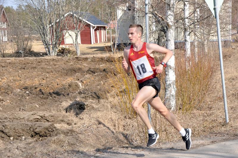 Loppusuoralle kaartava Miika Tenhunen voitti ylivoimaisesti Norpan lenkin.