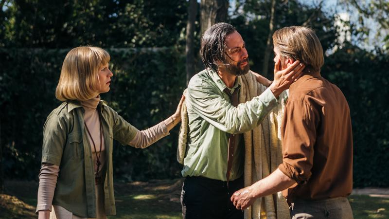 Lysa ((Sophia Heikkilä), ja Tapani Brotheruksen (Pelle Heikkilä) luo tulvii vuonna 1973 vallankaappauksen jälkeen chileläisiä, joiden henki on vaarassa. Yhtä heistä näyttelee Néstor Cantillana (keskellä).